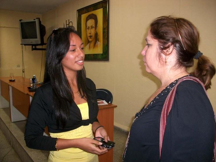 La Dr. C. Rosa Miriam Elizalde, editora de Cubadebate, conversa con Lilian De La Caridad Sarmiento Álvarez, estudiante de periodismo, luego del encuentro desarrollado en la Universidad de Holguín. UHO FOTO/Luis Ernesto Ruiz Martínez.