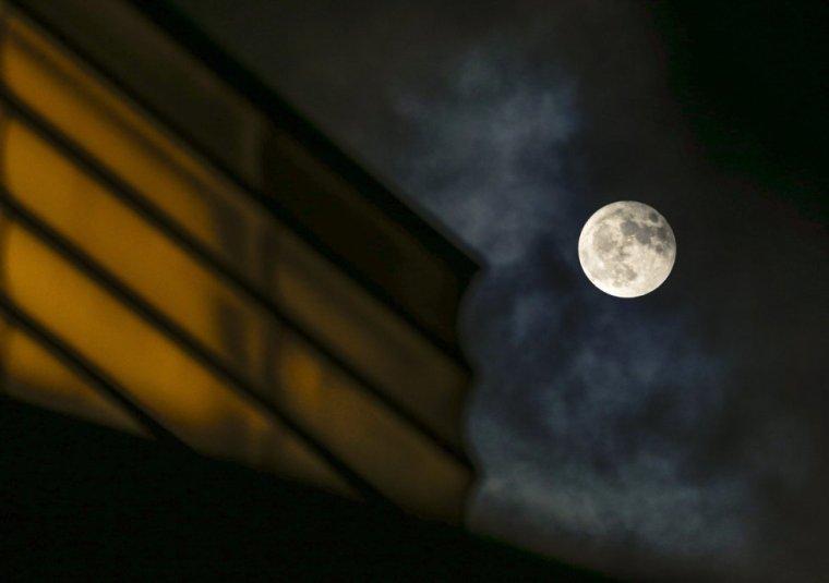 La luna asoma junto al auditorio Kursaal de San Sebastián. Juan Herrero. (EFE)