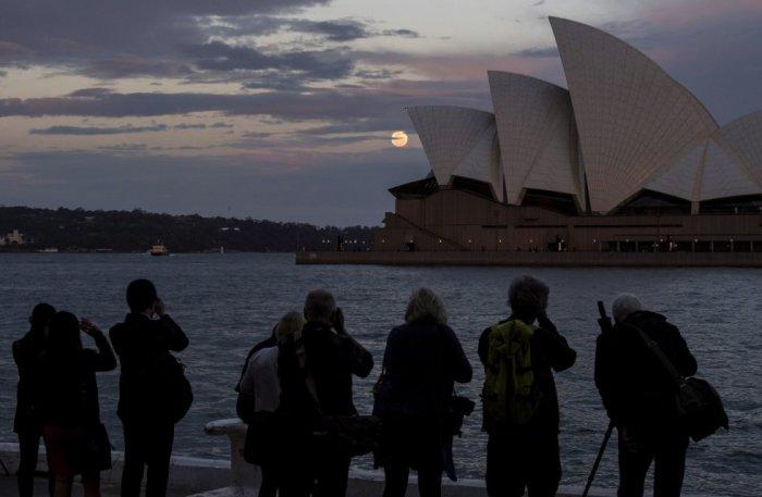 Los fotógrafos se arremolinaban frente a la Ópera de Sidney para captar a la luna. James D. Morgan (Getty Images)
