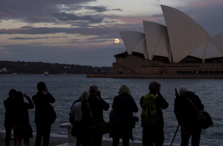 Los fotógrafos se arremolinaban frente a la Ópera de Sidney para captar a la luna. James D. Morgan (Getty Images)