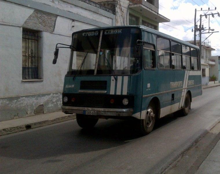 Uno de los tantos vehículos estatales que pasan de largo en las concurridas paradas de Holguín. VDC Foto/Luis Ernesto Ruiz Martínez.