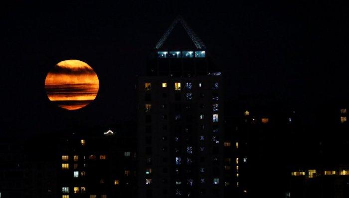 La superluna en Estambul (Turquía). UMIT BEKTAS (REUTERS)