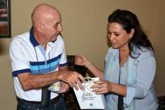 Luis Sexto, Presidente de la Comisión Nacional de ética de la UPEC recibe obsequios de la Universidad de Holguín. UHO-FOTO/Luis Ernesto Ruiz Martínez-Dircom