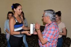 Félix Hernández, Presidente de la UPEC en Holguín, recibe obsequios de la Universidad de Holguín. UHO-FOTO/Luis Ernesto Ruiz Martínez-Dircom