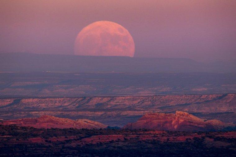Superluna sobre el Valle de los Dioses cerca de Mexican Hat, en Utah. JIM LO SCALZO (EFE)