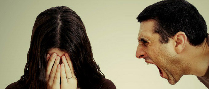"""""""...no entiende qué extraños motivos la mantienen atada a un hombre que le grita """"¡divórciate!"""" y se acuesta a dormir""""."""