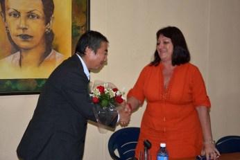 El Excmo Sr. Masaru Watanabe, Embajador de Japón en Cuba, recibe un ramo de flores de manos de la Dr.C. Isabel Torres, Vicerrectora Primera de la Universidad de Holguín. UHO FOTO/Luis Ernesto Ruiz Martínez-Dircom