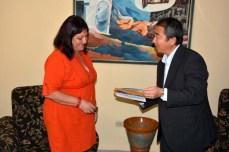 Delegación de Japón visita la Universidad de Holguín. El Excmo Sr. Masaru Watanabe, Embajador de Japón en Cuba intercambia presentes con la Dr.C. Isabel Torres, Vicerrectora Primera de la Universidad de Holguín. UHO FOTO/Luis Ernesto Ruiz Martínez-Dircom