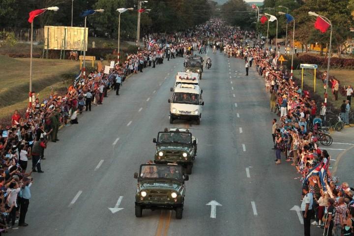 Tránsito de la Caravana de la Libertad, con las cenizas del Líder Histórico de la Revolución Fidel Castro Ruz, por la ciudad de Holguín, Cuba, el 2 de diciembre de 2016. ACN FOTO/ Reynaldo CRUZ DÍAZ