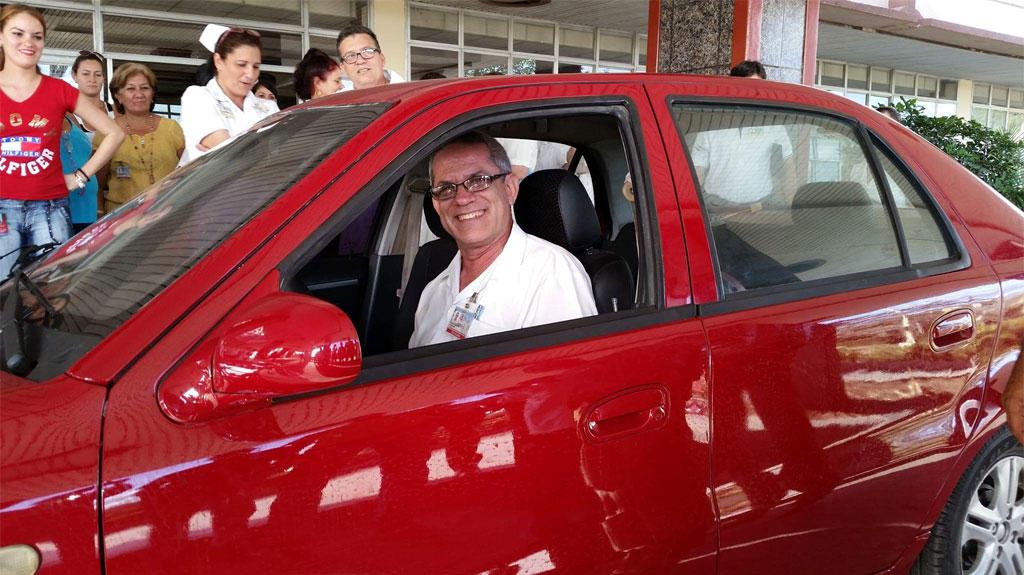 Entrega gratuita de un moderno vehículo el Doctor Rosell Batista Feria, del Hospital Clínico de Holguín.