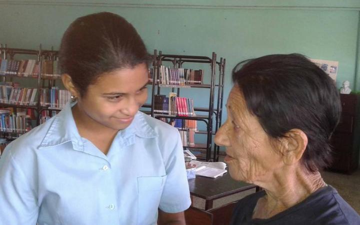 Lola con una estudiante del instituto preuniversitario Jesús Menéndez en la ciudad de Holguín. Foto: Malena Almarales