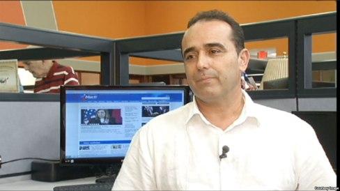 Eduardo Cardet en la Redacción de Martí Noticias. Más claro, imposible. Foto tomada de internet.