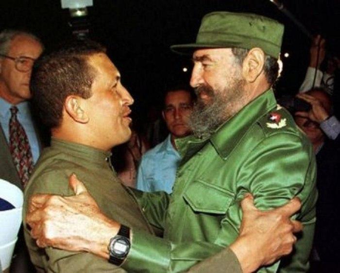 Chávez y Fidel, la noche de su primer encuentro en La Habana, el 13 de diciembre de 1994. Foto tomada de internet.