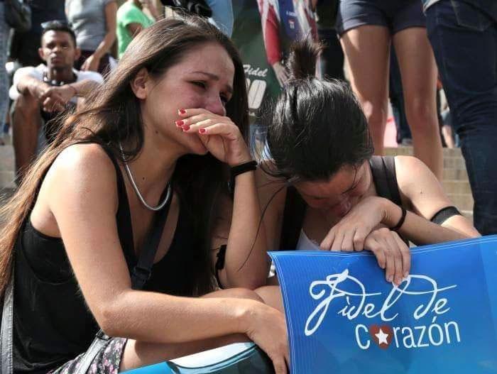 Los jóvenes de toda la isla expresaron su dolor por la muerte de Fidel.