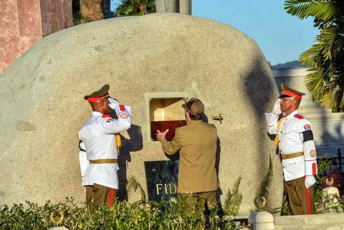 Raúl colocando cenizas de Fidel en el Cementerio Santa Ifigenia de Santiago de Cuba. Foto Consejo de Estado