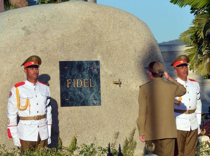 Raúl saluda cenizas de Fidel en el Cementerio Santa Ifigenia de Santiago de Cuba. Foto Consejo de Estado