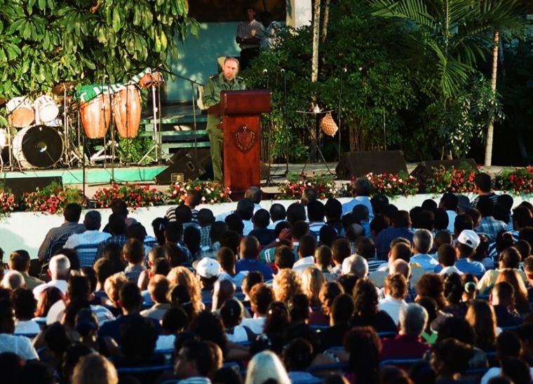 Fidel habla en la inauguración del primer curso de Trabajadores Sociales en la Escuela de Cojimar, La Habana, en septiembre de 2000. Foto: Archivo/Estudios Revolución.