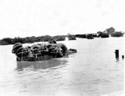 Fidel durante el paso del ciclón Flora, 1963.