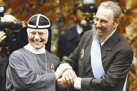 Una monja con Fidel Castro.