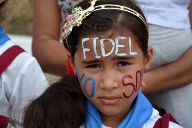 Yo Soy Fidel, se han escrito los holguineros en su piel durante el paso de la caravana que lleva sus restos mortales hasta Santiago de Cuba, el 2 de diciembre de 2016. VDC FOTO/Luis Ernesto Ruiz Martínez.