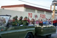 Miles de holguineros rindieron tributo a Fidel durante el paso de la caravana que lleva sus restos mortales hasta Santiago de Cuba, el 2 de diciembre de 2016. VDC FOTO/Luis Ernesto Ruiz Martínez.