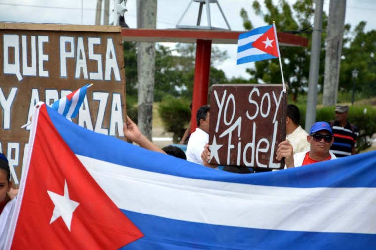 Miles de holguineros rindieron tributo a Fidel durante el paso de la caravana que llevó sus restos mortales hasta Santiago de Cuba, el 2 de diciembre de 2016. VDC FOTO/Luis Ernesto Ruiz Martínez.