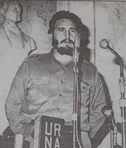 El Primer Ministro del Gobierno Revolucionario, Comandante en Jefe Fidel Castro Ruz asiste a la celebración del vigésimo aniversario de la Sociedad de Espeleología de Cuba. En el acto recibe el diploma que lo acredita como Miembro de Honor de dicha sociedad. Paraninfo de la Academia de Ciencias Médicas, Físicas Naturales de La Habana, 15 de enero de 1960.