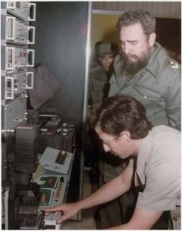El Presidente de los Consejos de Estado y de Ministros, Comandante en Jefe Fidel Castro Ruz recorre las instalaciones concluidas del Centro de Inmunoensayo, dejándolo inaugurado. Ciudad de La Habana, 7 de septiembre de 1987.
