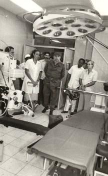 El Presidente de los Consejos de Estado y de Ministros, Comandante en Jefe Fidel Castro Ruz participa en la inauguración de la Sala de Terapia Intensiva del Hospital Salvador Allende. Ciudad de La Habana, 11 de septiembre de 1989.