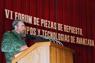 El Presidente de los Consejos de Estado y de Ministros, Comandante en Jefe Fidel Castro Ruz preside la clausura del VI FORUM Nacional de Piezas de Repuesto, Equipos y Tecnología de avanzada. Palacio de las Convenciones, Ciudad de La Habana, 16 de diciembre de 1991.