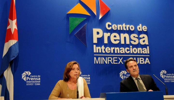 Josefina Vidal Ferreiro, Directora General de Estados Unidos de América del Ministerio de Relaciones Exteriores (MINREX) y Gustavo Machín, Subdirector General, durante la conferencia de prensa, con motivo de la Declaración Conjunta Cuba-Estados Unidos, en el Centro de Prensa Internacional, en La Habana, Cuba, el 12 de enero de 2017. ACN FOTO/Omara GARCÍA MEDEROS.