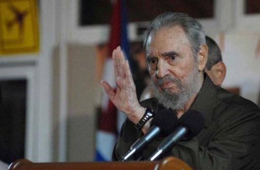 """El líder histórico de la Revolución Cubana Fidel Castro Ruz recibe a la Brigada Médica Cubana """"Misión Solidaria Moto Méndez"""", que realizó un estudio psicosocial y clínico-genético en Bolivia. Ciudad de La Habana, 17 de agosto de 2010."""