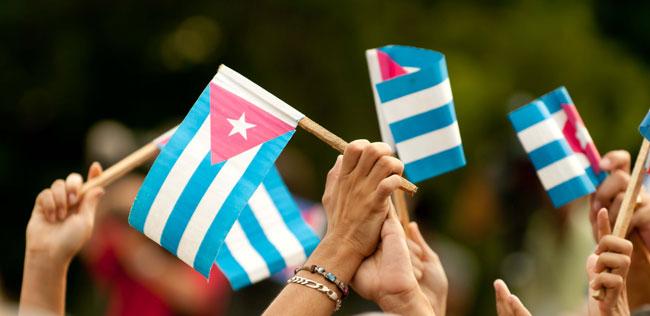 Mi bandera puede ser de tela, buena o mala, de cartón barato o hasta de papel, pero debe portarla un patriota dispuesto a defenderla en todo escenario. Foto: Roberto Chile.