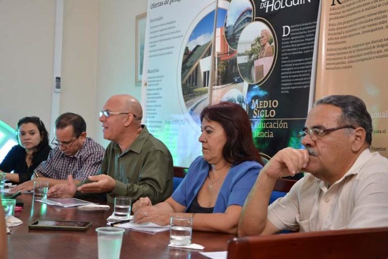 El Dr. C. Reynaldo Velázquez Zaldívar, Rector, interviene en la Conferencia de Prensa ofrecida por directivos de la Universidad de Holguín con la presencia de periodistas de medios locales. Desarrollada el 25 de enero de 2017 en la sede de la .AHS en Holguín. UHO FOTO/Luis Ernesto Ruiz Martínez