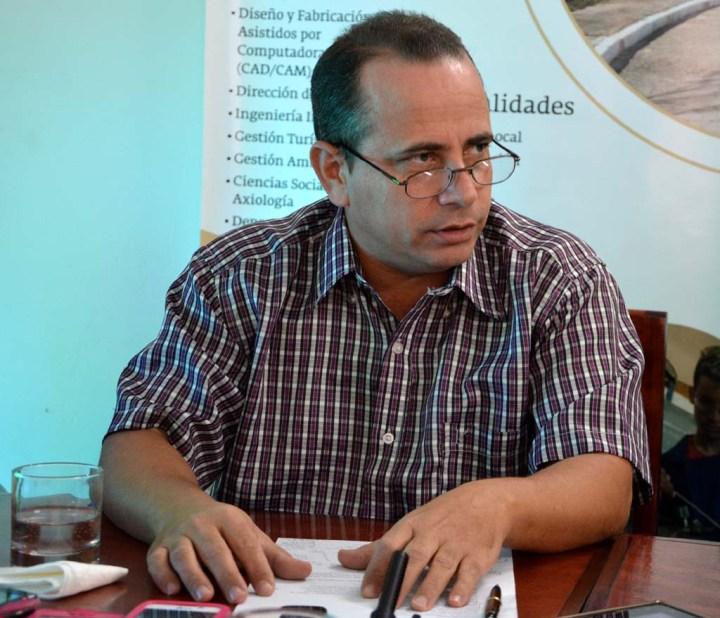 El Dr. C. Miguel Cruz Ramírez, Vicerrector de Investigaciones, interviene en la Conferencia de Prensa ofrecida por directivos de la Universidad de Holguín con la presencia de periodistas de medios locales. Desarrollada el 25 de enero de 2017 en la sede de la .AHS en Holguín. UHO FOTO/Luis Ernesto Ruiz Martínez