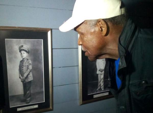Glover observa una foto del niño Raúl Castro expuesta en la casa de la familia Castro-Ruz en el poblado de Birán, en el holguinero municipio de Cueto. Foto: Arnaldo Vargas