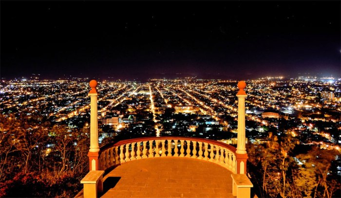 Visión nocturna de la ciudad de Holguín desde la Loma de la Cruz. Foto tomada de internet.