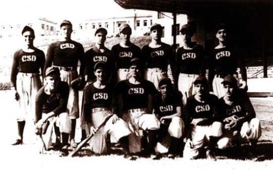 El joven Fidel Castro junto al resto de los integrantes del equipo de béisbol del Colegio de Belén. Curso 1944-1945. La Habana, 1944 (es el tercero de pie de derecha a izquierda).