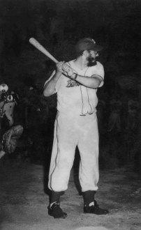 Fidel Castro participó junto al Comandante Camilo Cienfuegos en un juego de pelota donde se enfrentaron los equipos de la policía revolucionaria y los barbudos. Estadio del Cerro, La Habana, 24 de julio de 1959