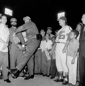 Fidel Castro lanza la primera bola en un juego de la Liga Internacional triple A, escenificado en el Estadio del Cerro en La Habana, 20 de abril de 1960
