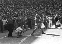 Fidel Castro batea la primera bola y deja inaugurado el Torneo Nacional de Béisbol Aficionado (I Serie Nacional de Béisbol) en el Estadio del Cerro (hoy Latinoamericano). La Habana, 14 de enero de 1962