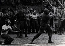 Fidel Castro en recorrido por la Sierra Maestra juega pelota con pobladores del lugar y jóvenes que lo acompañan. junio de 1962
