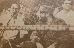 Fidel Castro presencia los juegos decisivos por el título nacional de la pelota cubana entre los equipos de Industriales y Orientales, en la II Serie Final Nacional de Béisbol Aficionado. Conversa con el pelotero Tony González. Estadio Latinoamericano, La Habana, abril de 1963