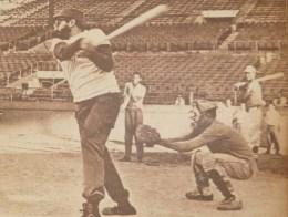 Fidel Castro sostiene encuentro con los miembros del equipo cubano que participará en los IV Juegos Panamericanos a efectuarse en Sao Paulo, Brasil. Fidel junto a los peloteros, escenificaron un juego de pelota. Estadio Latinoamericano, La Habana, primera quincena de abril de 1963