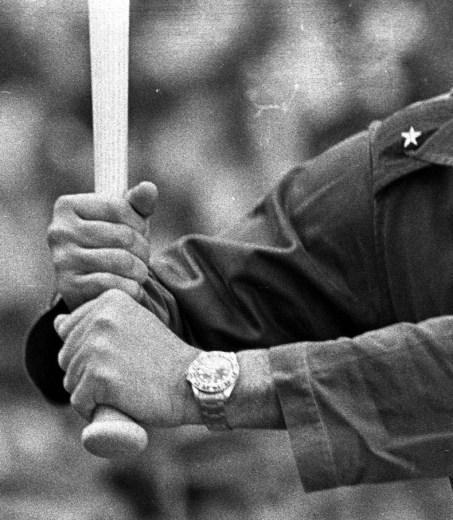 Fidel Castro juega béisbol en el Estadio del Cerro. La Habana, 24 de julio de 1964