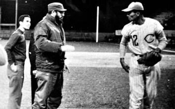 Fidel Castro visita el Estadio Augusto César Sandino y dialoga con el lanzador Aquino Abreu, quien había lanzado dos juegos seguidos sin permitir hit y carreras. Santa Clara, Las Villas, 6 de febrero de 1966