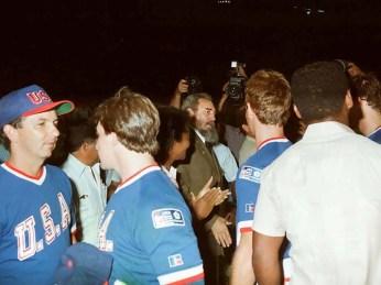 Fidel Castro asiste al segundo juego de béisbol del tope Cuba-Estados Unidos y conversa con los jugadores norteños. Estadio Latinoamericano, Ciudad de la Habana, 17 de julio de 1987