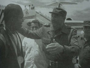 Fidel Castro recibe al último grupo de la delegación cubana que regresa tras participar en los XXVI Juegos Olímpicos, celebrados en la ciudad de Atlanta, Estados Unidos. Saluda al bajar de la escalerilla al pelotero Omar Linares. Aeropuerto Internacional José Martí, Ciudad de la Habana, agosto de 1996