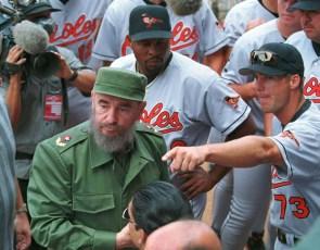 Fidel Castro asiste al juego de béisbol amistoso celebrado entre los equipos de Cuba y Orioles de Baltimore (Estados Unidos), equipo profesional de la MLB. Estadio Latinoamericano, Ciudad de la Habana, 28 de marzo de 1999