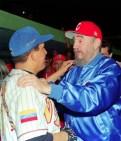 Fidel Castro participa como director de un equipo de béisbol de veteranos cubanos en un juego contra un conjunto de veteranos venezolanos donde juega el presidente de ese país, Comandante Hugo Rafael Chávez Frías. en el juego Fidel como broma disfraza a un grupo de experimentados peloteros cubanos y los hace pasar como veteranos. Cuba gana 5-4. Estadio Latinoamericano, Ciudad de la Habana, 19 de noviembre de 1999